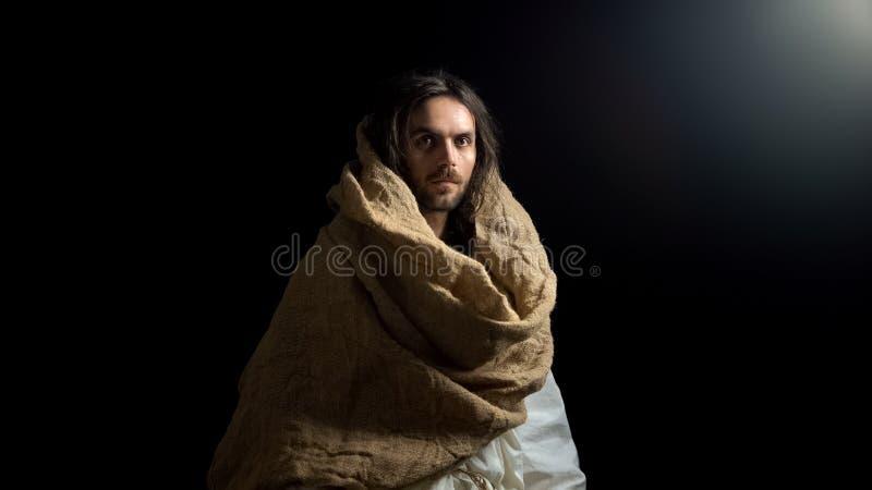 De mens die van heilige in robe camera, het rechtschapen Christelijke leven, geloof in god onderzoeken royalty-vrije stock fotografie