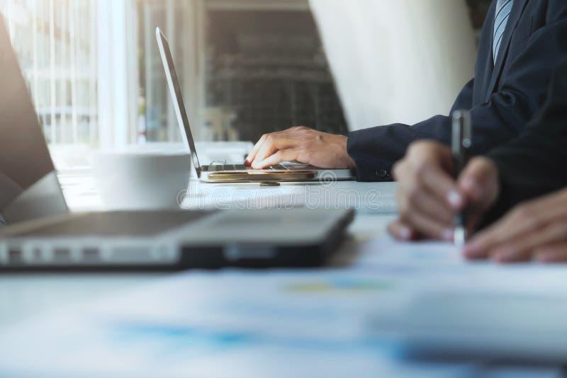 De mens die van het bedrijfsbureauleven computer met behulp van stock afbeelding