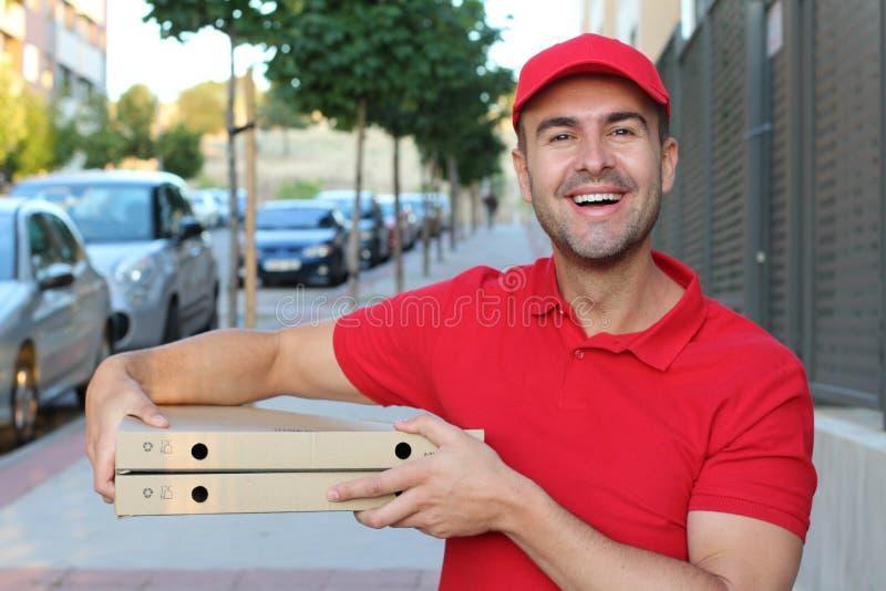 De mens die van de pizzalevering camera bekijken royalty-vrije stock foto's