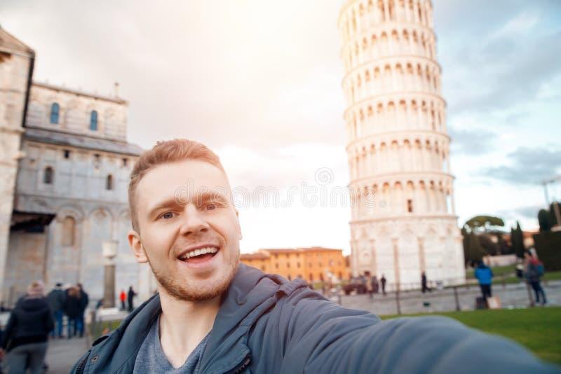 De Mens die van reistoeristen selfie toren van Pisa, Italië maken stock foto's