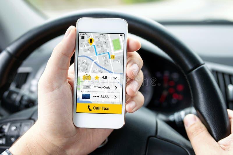 De mens dient de telefoon van de autoholding met app vraagtaxi in royalty-vrije stock afbeelding