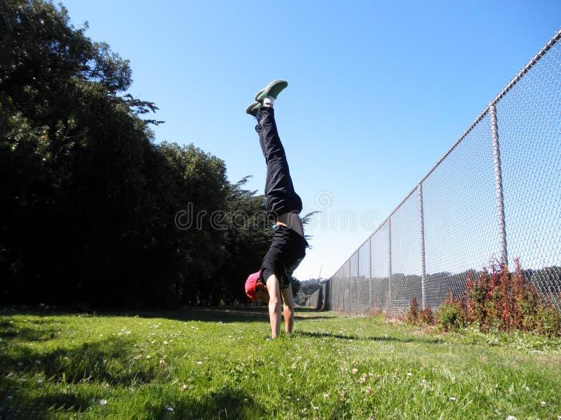 De mens doet Handstand in Golden Gatepark langs omheining royalty-vrije stock fotografie