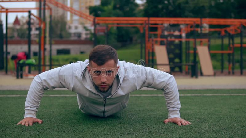 De mens doet 'push-ups' buiten stock video