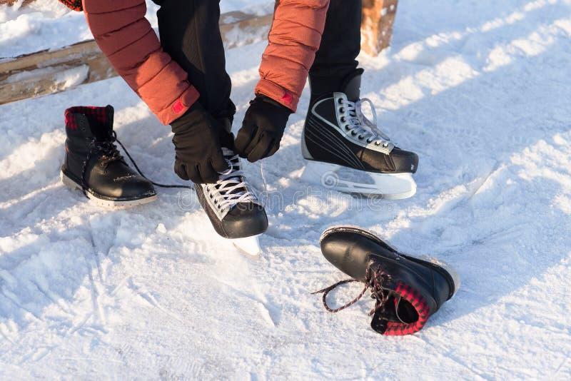 De mens draagt de winter schaatst bij de piste royalty-vrije stock fotografie