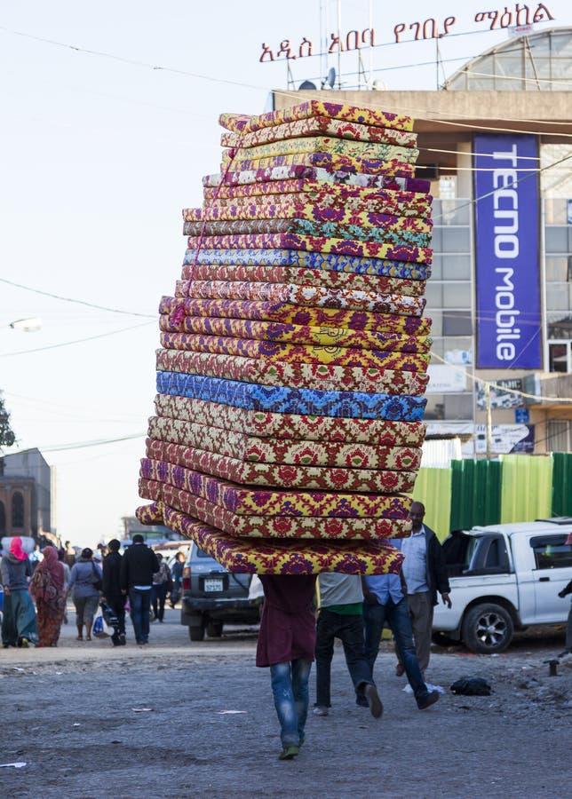 De mens draagt matrassen in Merkato-markt Addis Aba royalty-vrije stock afbeelding