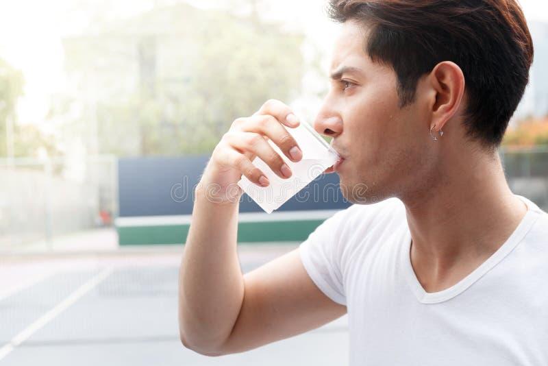 De mens drinkt water stock fotografie