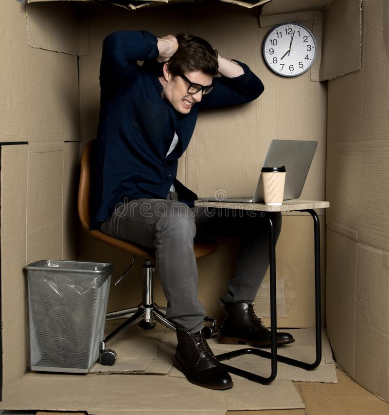 De mens drukt toorn van het werkoverwerk uit stock afbeelding