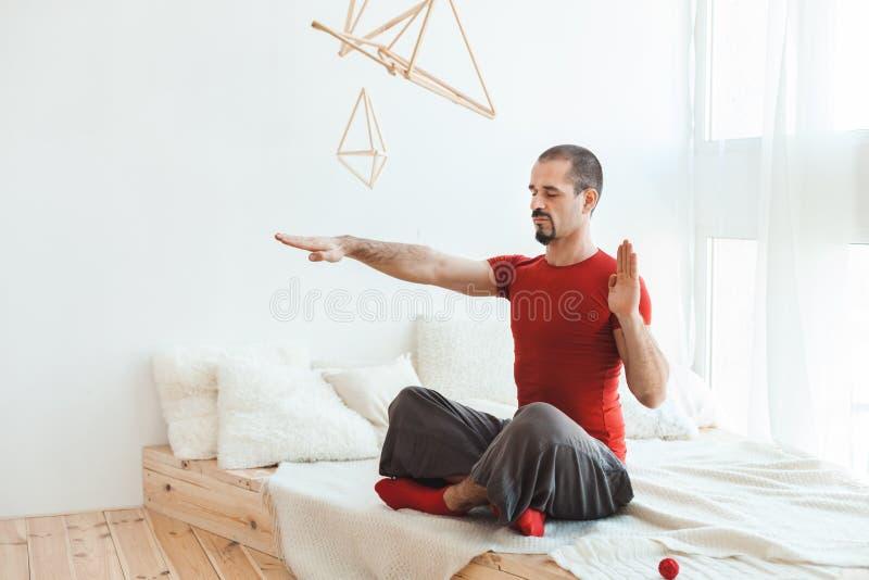 De mens in een yoga stelt in nirvana royalty-vrije stock afbeelding