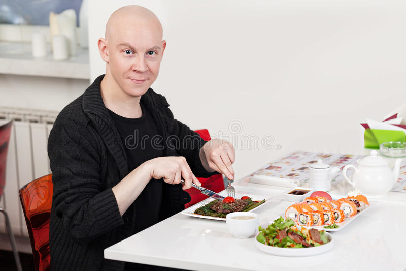 De mens eet sushi royalty-vrije stock foto's