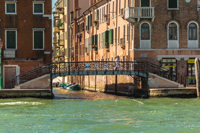 De mens gaat een brug in Venetië, Italië over royalty-vrije stock foto