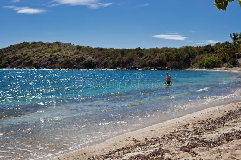 De mens gaat het warme water van de Caraïbische Zee in want zwem stock foto's
