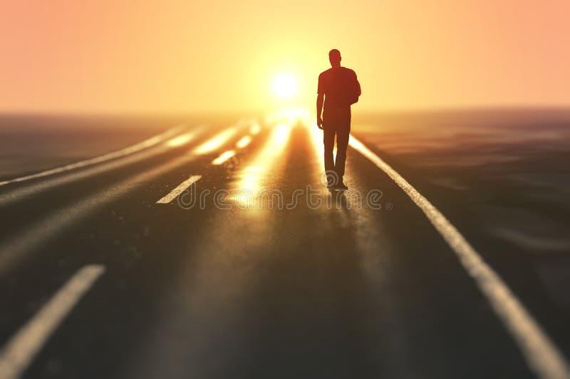 De mens gaat op een weg stock afbeeldingen