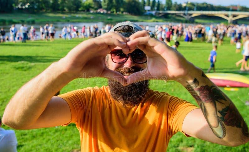 De mens gebaard voor menigtemensen toont de rivieroeverachtergrond van het hartgebaar Vrolijk het symboolgebaar van de ventilator royalty-vrije stock foto