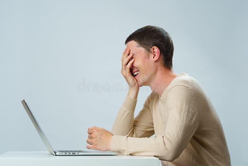 De mens gebruikt laptop voor mededeling in praatje of videopraatje Sociaal media concept stock fotografie