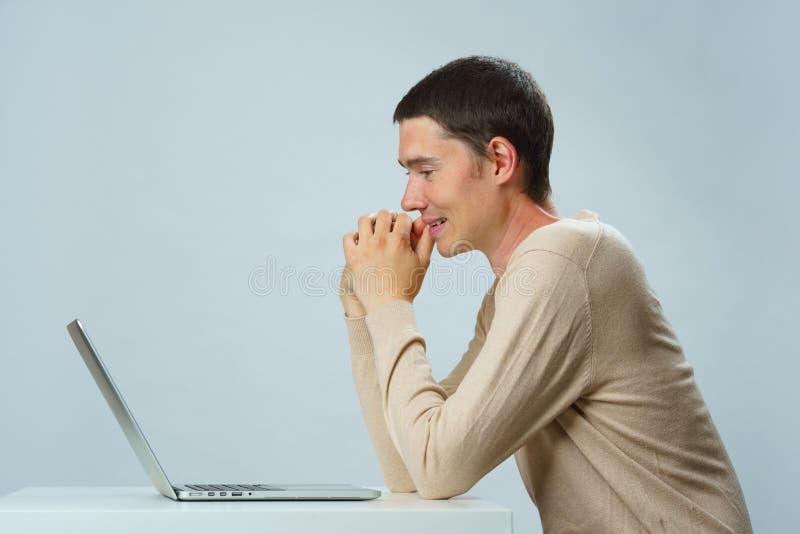 De mens gebruikt laptop voor mededeling in praatje of videopraatje Sociaal media concept stock foto