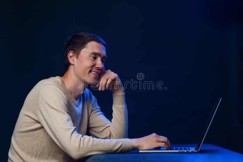 De mens gebruikt laptop voor mededeling in praatje of videopraatje Sociaal media concept stock afbeeldingen