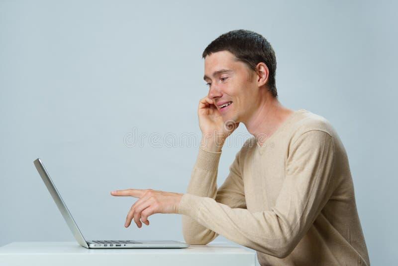 De mens gebruikt laptop voor mededeling in praatje of videopraatje Sociaal media concept stock afbeelding