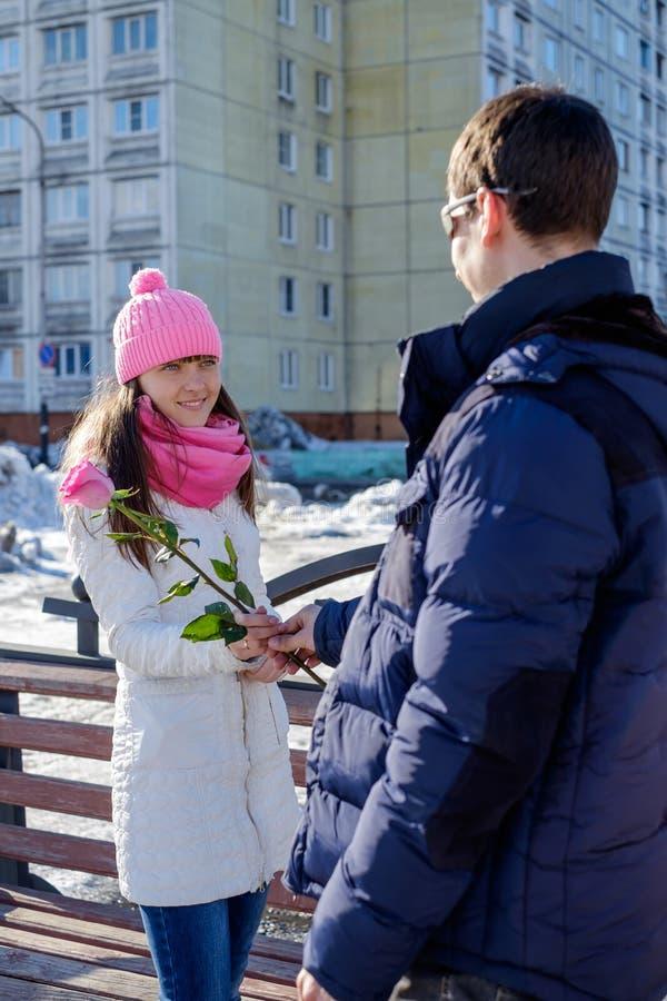 De mens geeft bloemen stock afbeelding