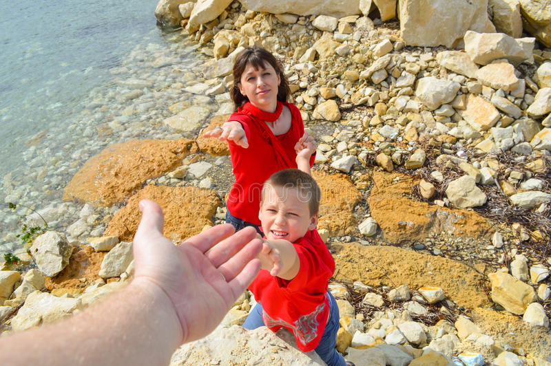 De mens geeft familily een hand aan van hem stock foto's