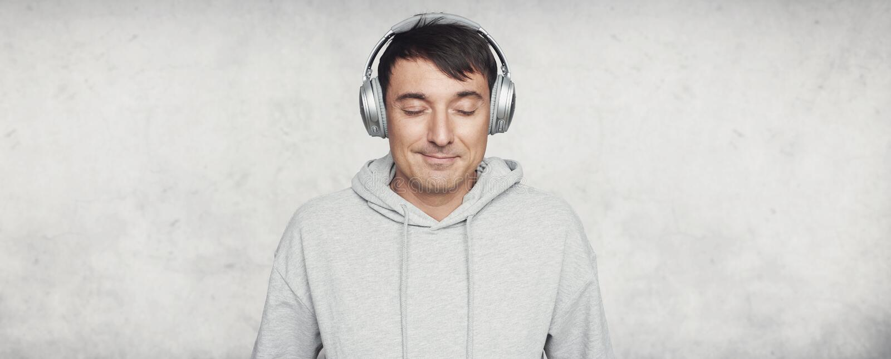 De mens geniet van het geluid van muziek Zij is bang stock afbeeldingen
