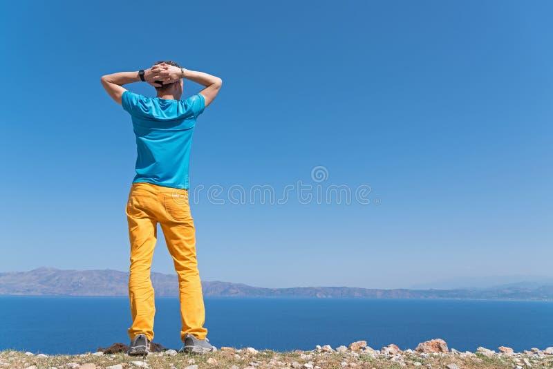 De mens geniet van zijn vakantie dichtbij het overzees stock foto's