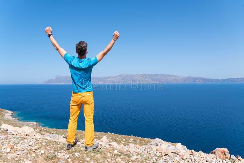 De mens geniet van zijn vakantie dichtbij het overzees stock afbeeldingen