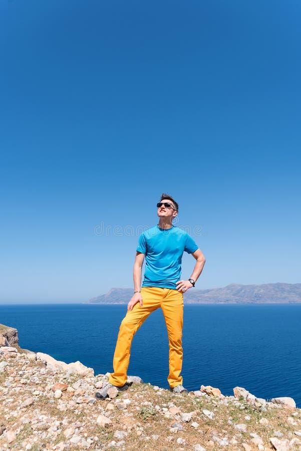 De mens geniet van zijn vakantie in Griekenland dichtbij het overzees royalty-vrije stock fotografie
