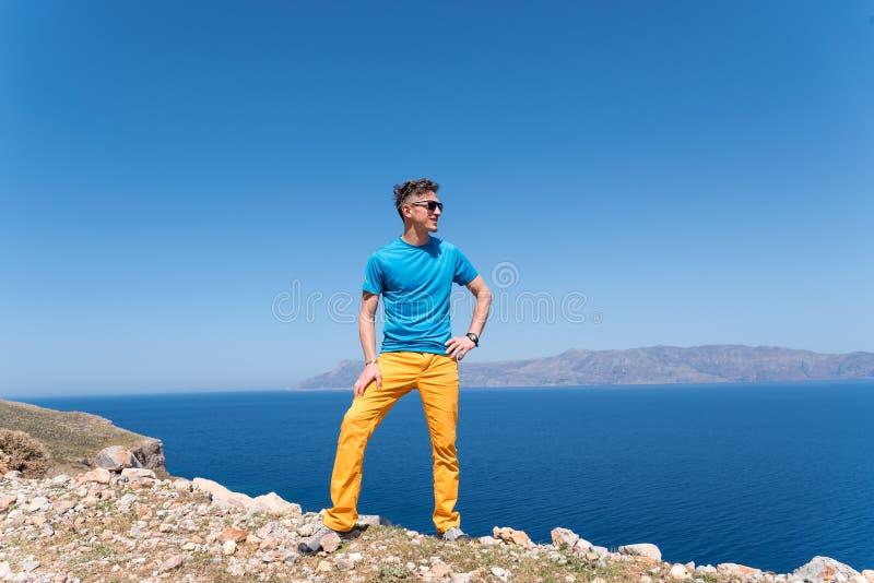 De mens geniet van zijn vakantie in Griekenland dichtbij het overzees stock foto's