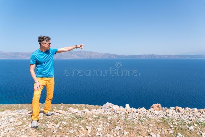 De mens geniet van zijn vakantie in Griekenland dichtbij het overzees royalty-vrije stock afbeeldingen