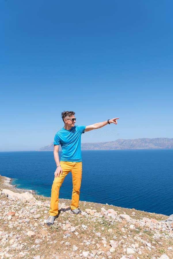De mens geniet van zijn vakantie in Griekenland dichtbij het overzees royalty-vrije stock foto