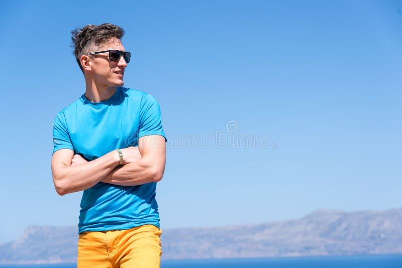 De mens geniet van zijn vakantie in Griekenland dichtbij het overzees stock afbeelding