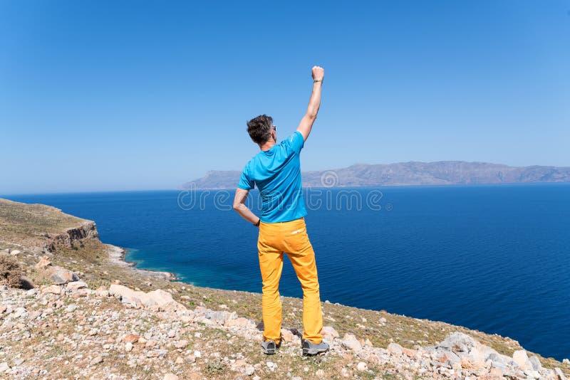 De mens geniet van zijn vakantie in Griekenland dichtbij het overzees stock afbeeldingen