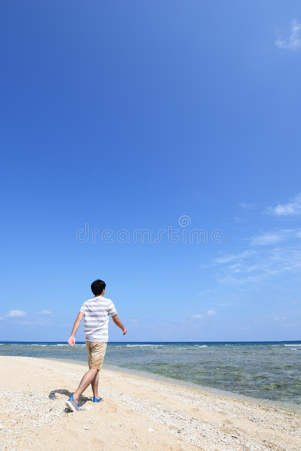 De mens geniet van de zon royalty-vrije stock fotografie