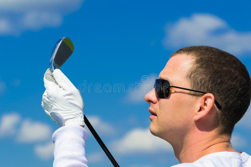 De mens in glazen bekijkt de stok royalty-vrije stock afbeelding