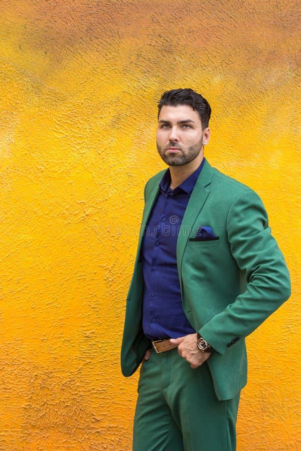 De mens gren binnen kostuum op gele muurachtergrond royalty-vrije stock foto