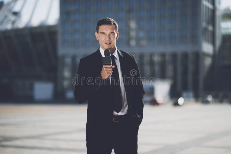 De mens in de grote stad rapporteert royalty-vrije stock foto