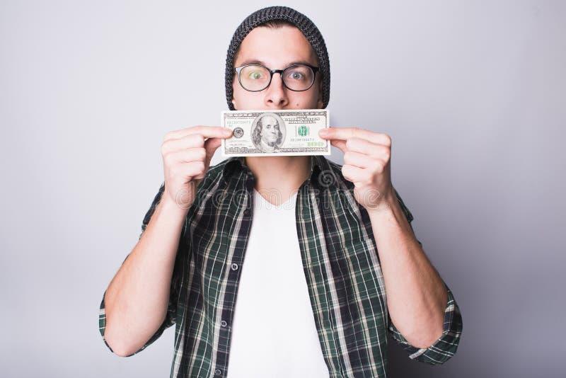 De mens heeft geld en hij is tevreden stock foto's