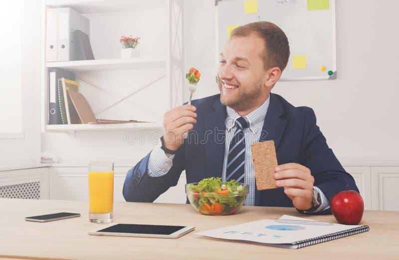 De mens heeft gezonde bedrijfslunch in modern bureaubinnenland royalty-vrije stock foto's