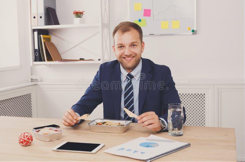 De mens heeft gezonde bedrijfslunch in modern bureaubinnenland royalty-vrije stock foto
