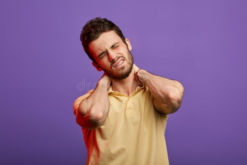 De mens heeft sterke pijn na het werken stock afbeeldingen