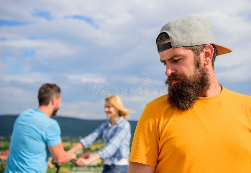 De mens hipster voelt eenzaam paar die achter hem dateren Het ongelukkige romantische leven Nog eenzame kerelvolwassene terwijl g stock afbeeldingen