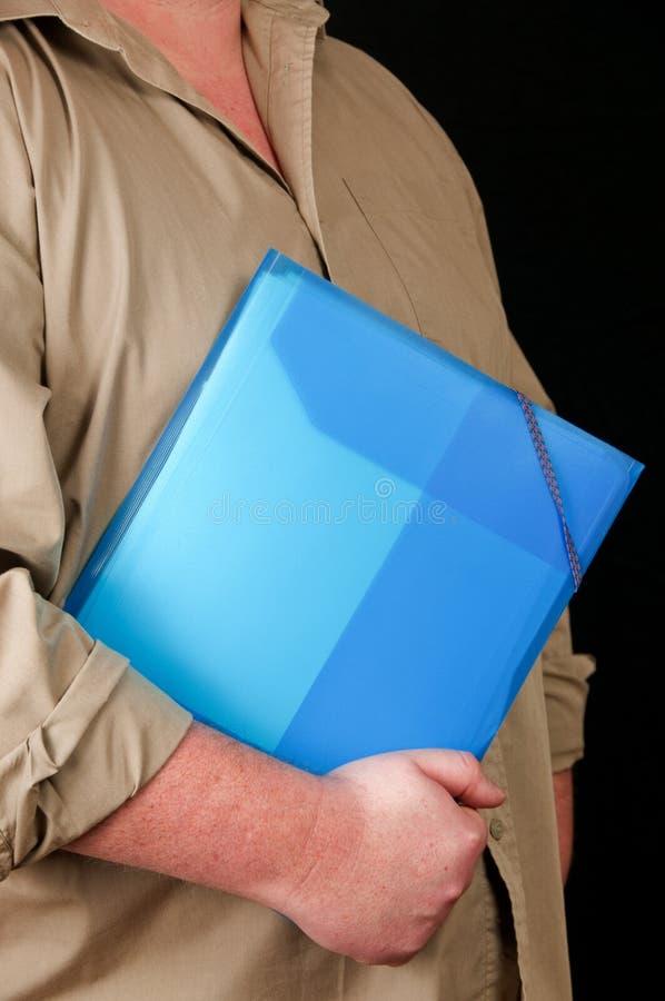 De mens houdt een plastic omslag voor documenten stock fotografie