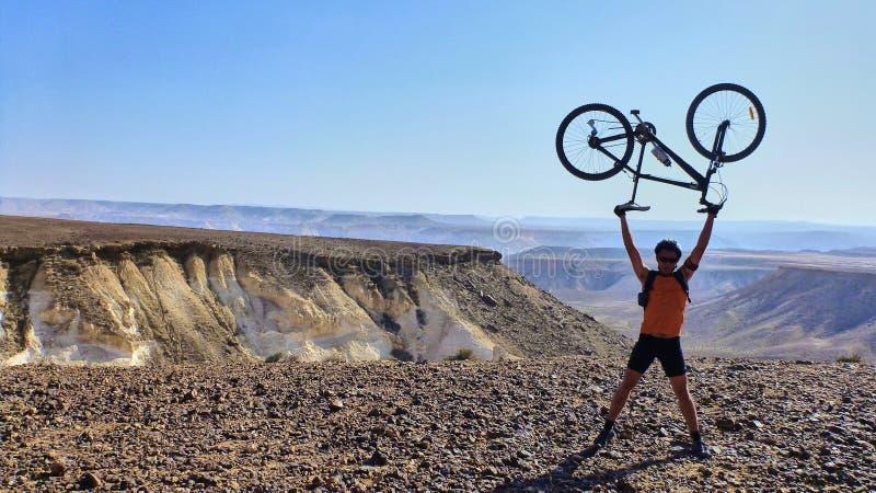 De mens houdt fiets op een piek royalty-vrije stock foto's