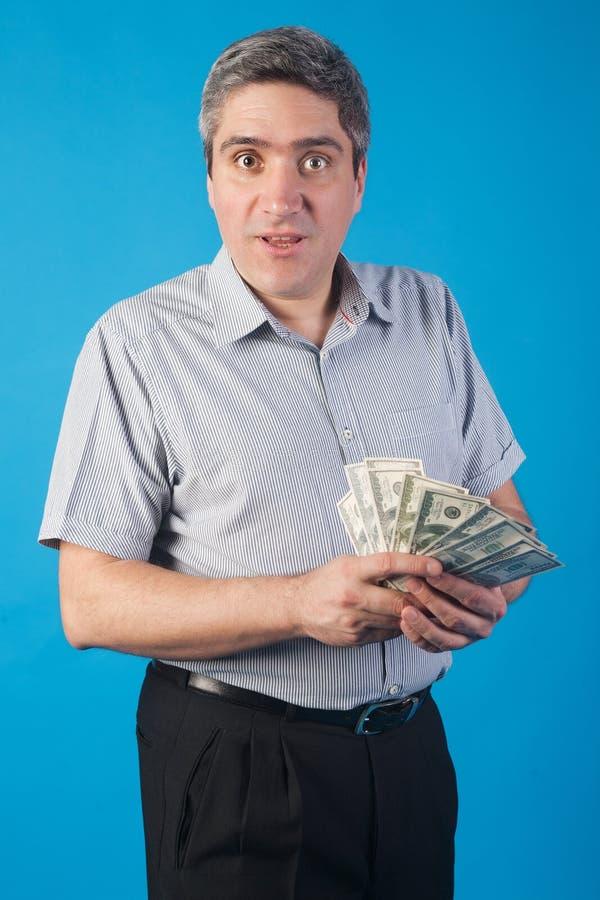 De mens houdt geld in hand royalty-vrije stock afbeeldingen