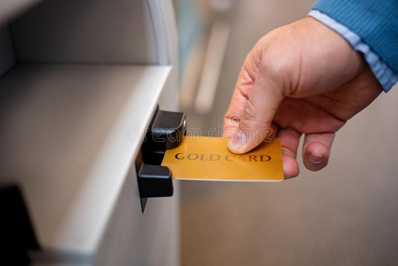 De mens houdt plastic bankkaart royalty-vrije stock fotografie