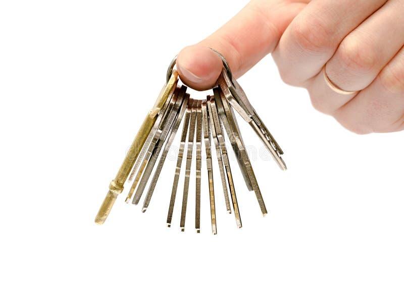 De mens houdt sleutels royalty-vrije stock afbeelding
