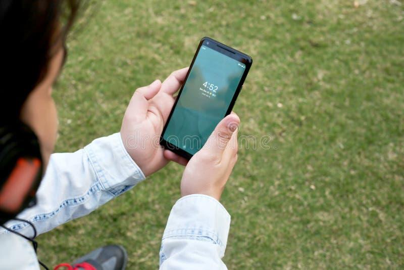 De mens houdt telefoon in hand stock fotografie
