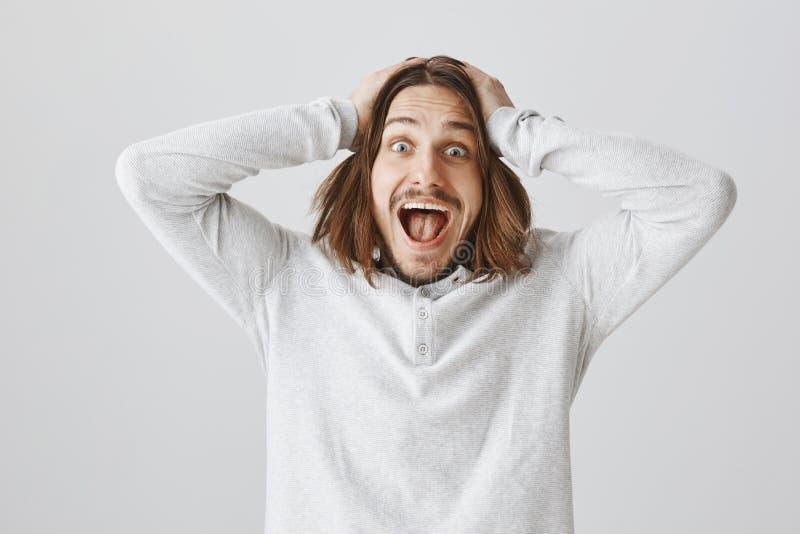 De mens kan niet in zijn eigen geluk en succes geloven Portret van opgewonden en geschokt aantrekkelijk mannelijk model die schre stock afbeeldingen