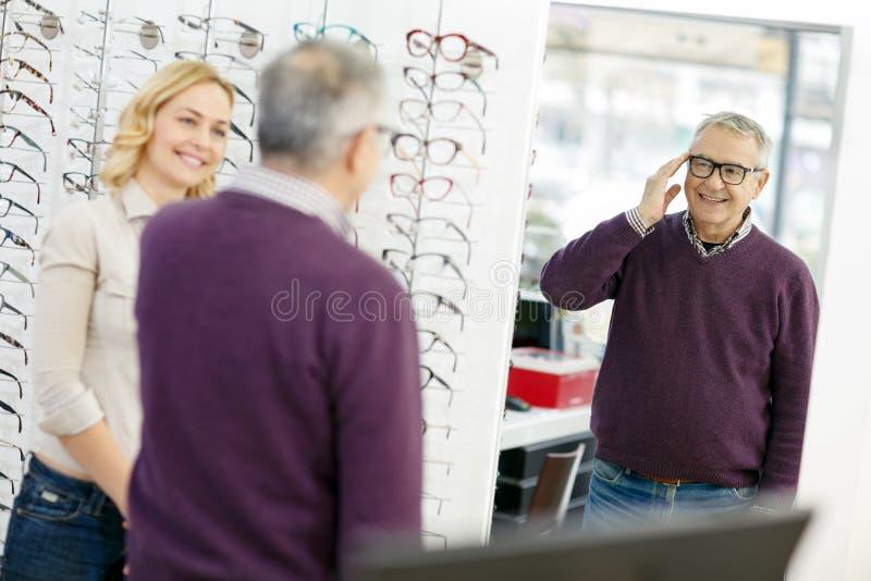 De mens kijkt in spiegelmodel van kaderglazen royalty-vrije stock foto's