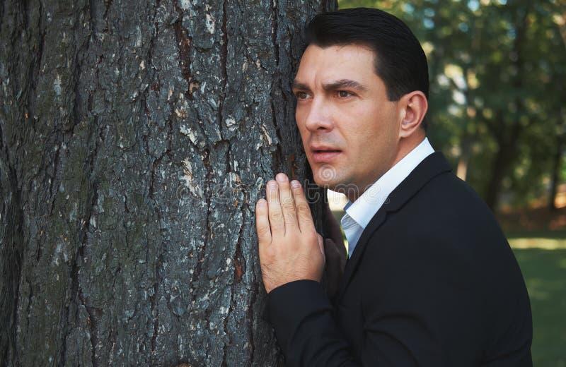 De mens kijkt uit somebody in het park royalty-vrije stock fotografie